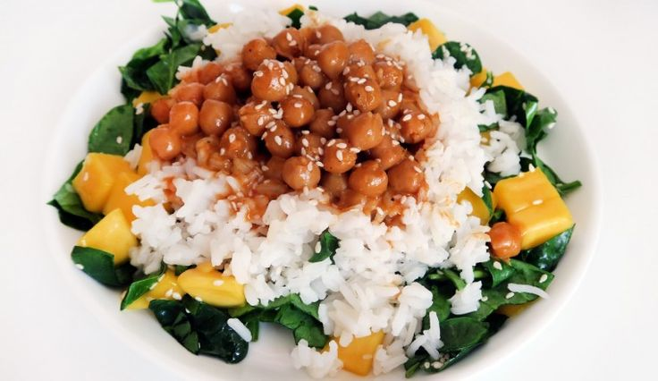 Vega: Simpele curry met kikkererwten en een mango-spinaziesalade