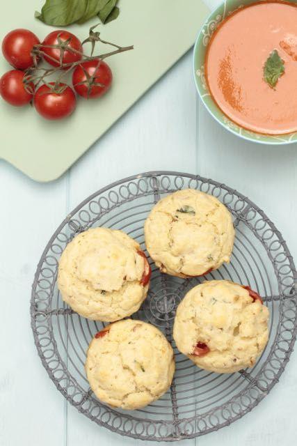 Mozzarella muffins, Unos muffins muy italianos con tomates, mozzarella y albahaca.
