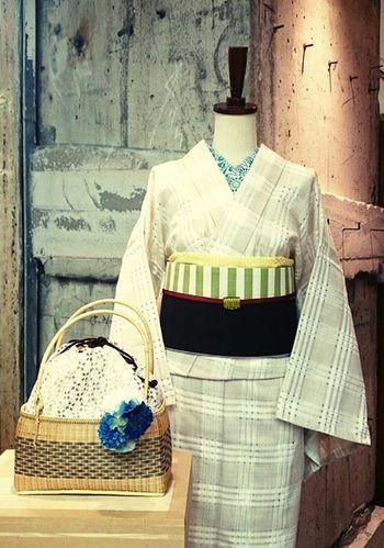 秋を先取りの着物コーデです。鮮やかな浴衣も素敵ですが、落ち着いたベージュカラーの着物ででしっとりと。