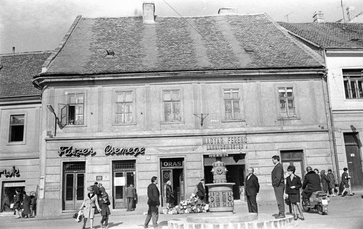 Ferencesek utcája (Sallai utca) 4., előtte a Jókai téren a Zsolnay centenáriumi emlékkút.