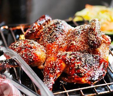 Honungsstekt kyckling är praktisk middagsmat som sköter sig själv i ugnen. Hel kyckling penslas med marinad gjord på honung, soya, ketchup och sesamfrön. Sallad med fräsch lime- och ingefärsdressing kompletterar måltiden fint.