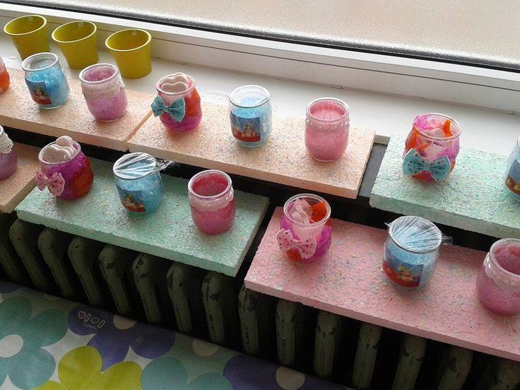 Linkse potje zitten zelfgemaakte zeepjes, midden badzout ( foto v peuter in bad op het potteke ), rechtse potje zit theelichtje omdat de glitters aan binnenkant zitten
