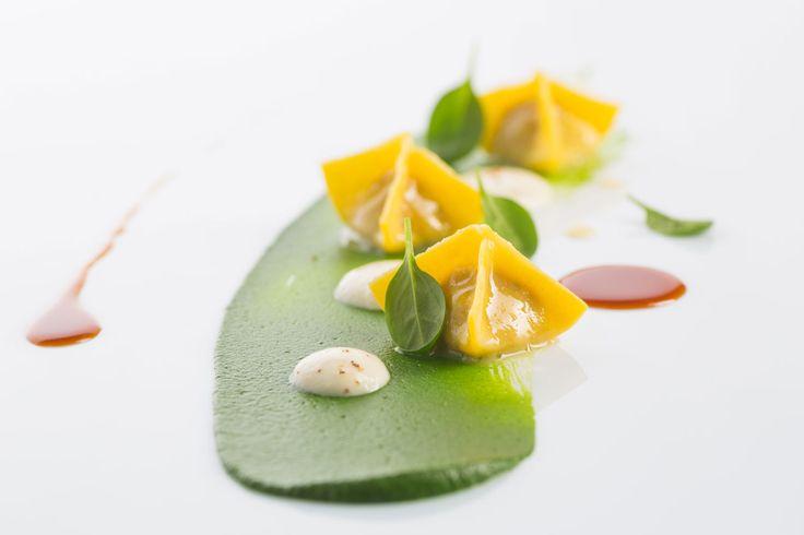 Фаготтини с начинкой из куриного мяса в конфитюре со шпинатом и муссом из пармезана Итальянская кухня рецепты Средиземноморская диета Средиземноморская кухня