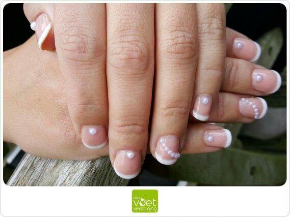 Een nieuwe creatie: handnagels French Manicure met pareltjes!   #gelpolish #Magnetic #Salmon #White #pearl