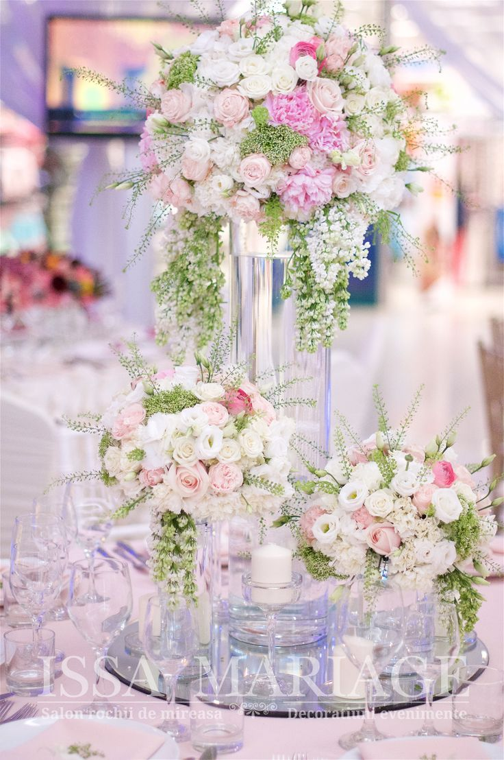 Aranjament floral cu ranunculus trandafiri David Austin minirose roz pal si vaza cilindrica IssaEvents 2017