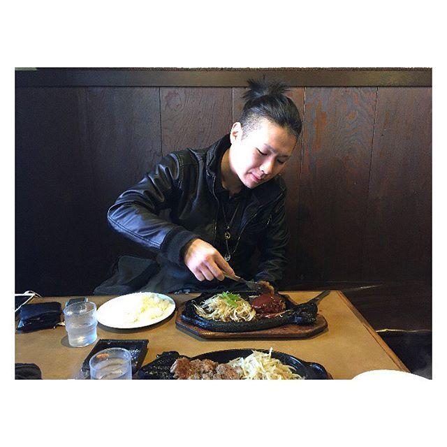 こやつとツーリングデートの ポカポカ春分の日でした! . . 川奈にあるCowboysでステーキ🍖 . . 素敵な店主w . . 170gで正解でした🍴😋🍴 . . #ステーキ#肉#lunch#牛#ランチ#休日#伊豆#mens#day #instagood#like#ENJOY#HAPPY#LIFE#japan#BEST#20170320#春分の日