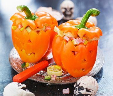 De här Halloweenpaprikorna är en mindre släkting till Halloweenpumporna – men också snäppet godare! Fyll dem med ost och skink-sallad, och servera ihop med paprika och chili-crème fraiche.
