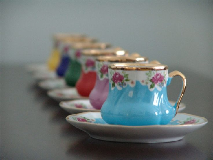 Tea cups in a variety of pretty colours ♥
