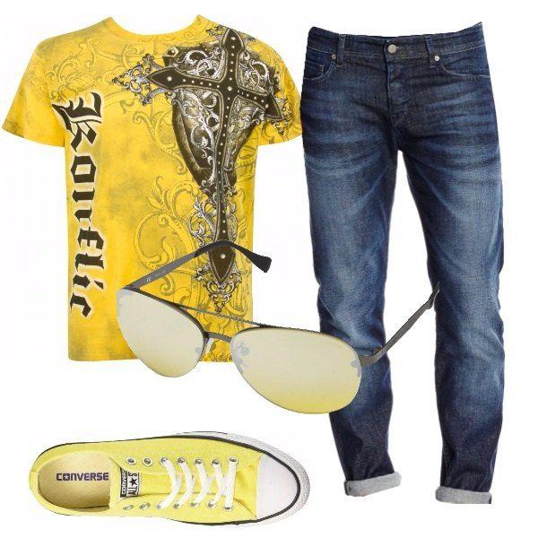 Una bellissima e originale T-shirt gialla, a fantasia argento di croci e vigneti, è abbinata a jeans slim-fit, occhiali da sole gialli e Converse basse, sempre gialle.
