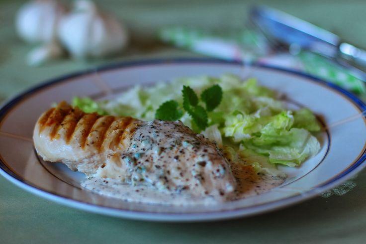 Hozzávalók:        4 csirkemellfilé   1 teáskanál zsír (mindegy milyen)   törött bors   só     a mártáshoz:   1 evőkanál zsír (mindeg...