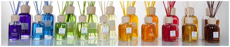 Ambient Air propone sensaciones más que aromas, y aprovecha las propiedades naturales del ratán para conseguir la difusión del aroma durante 24 horas al día, proporcionando los estímulos más beneficiosos para el disfrute personal.
