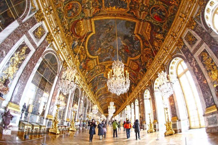 Século XVIII, Palácio de Versalhes. Um colossal edifício, com 580 m de fachada, numerosas divisões, salões sumptuosos e aposentos luxuosos, situado numa pequena vila perto de Paris. Os aposentos Reais acomodavam o rei Luís XVI e no apartamento da rainha dormia Marie Antoinette. O palácio albergava também a numerosa corte. No Salão dos Espelhos, faziam-se …