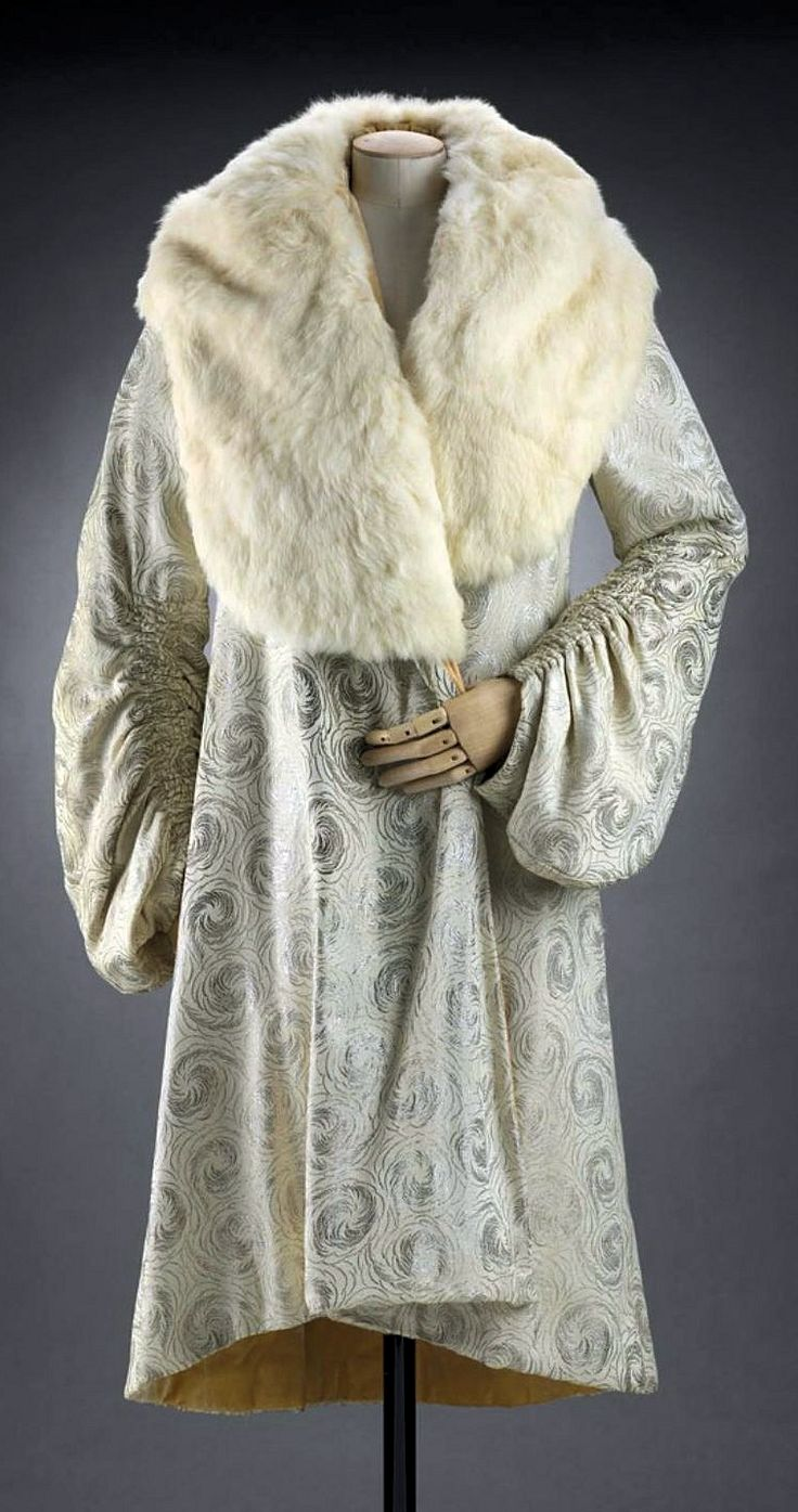 American 'clutch' coat - 1929 - White silk brocaded with white metallic yarns in swirl motifs. Deep white rabbit collar - Museum of Fine Arts, Boston - @~ Mlle