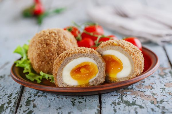La ricetta delle scotch eggs scozzesi, uova sode avvolte nella salsiccia poi panate e fritte. Ecco passo passo come prepararle per un piatto unico diverso.