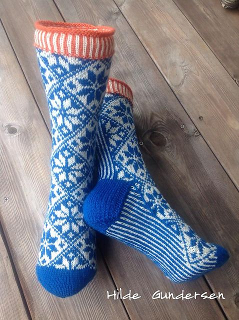 Sokker med klassisk norsk mønster som passer til både dame og herre. Bruk litt tykkere garn og pinner til herre sokk.