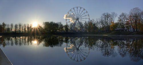 Утреннее солнце и колесо обозрения в парке Юность в Калининграде. - White1