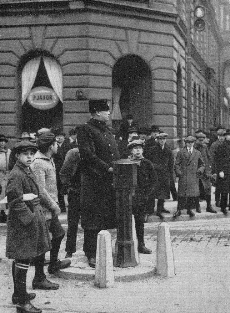 Стокгольм, 1925 г. Первый светофор Стокгольма, открытый в январе 1925 года, находился на пересечении улиц Кунсгатан и Васагатан (Kungsgatan / Vasagatan).