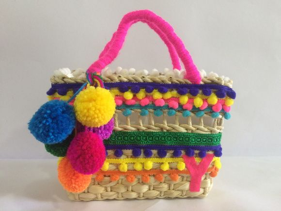 Única, linda, exclusiva....e totalmente sua!    Bolsa de palha feita à mão, com adornos em pompons pequenos, médios ou grandes, fitas de gorgurão, tecidos....  Tudo, tudo, tudo que você desejar...a sua bolsa vai ter    Minhas bolsas são personalizadas e eu farei a sua do jeitinho que você desejar...