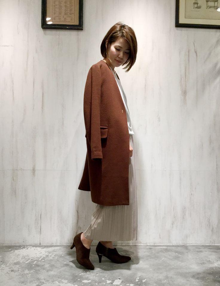 【阪急三番街】新作☆ノーカラーVネックコート スタッフ159cm  コート:¥35,000-  ニット:¥11,000-  スカーチョ:¥14,000-  ブーティ:¥7,900-     ※すべて税抜き価格で表記しております。              ジャケットのようなコンパクトなシルエットが女性らしさを感じさせるこちらのコート。  留め具はコートのシルエットがより美しくなる、主張を控えた上品なデザインが目を惹きます。