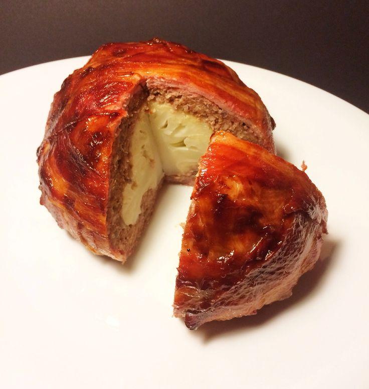 Zutaten: 1 kleiner Blumenkohl 500 Gramm gemischtes Hack 1 Zwiebel Salz Pfeffer 16 Scheiben Bacon BBQ-Sauce nach Wahl Zubereitung: 1. Den Blumenkohl vom überflüssigem...