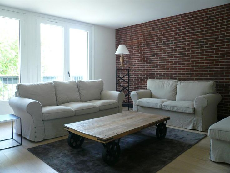 living room with a brick wall and an original coffee table in salon avec mur en. Black Bedroom Furniture Sets. Home Design Ideas