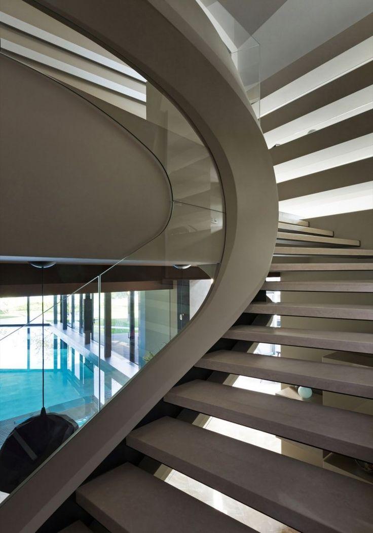 geschwungene Treppe harmoniert mit der Architektur des Gebäudes