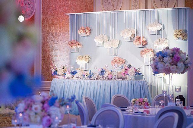 Вот так смотрелся стол молодых с мест гостей   Организация и концепция - #свадьбанапутидругкдругу @dergousova_agency  Декор и флористика - @comilfodecor  Фото - @mariana_zh  #dergousova_agency #dergousova_wedding