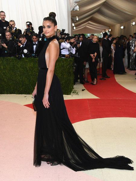 "Taylor Hill Photos Photos - Model Taylor Hill attends the ""Manus x Machina: Fashion In An Age Of Technology"" Costume Institute Gala at Metropolitan Museum of Art on May 2, 2016 in New York City. - 'Manus x Machina: Fashion In An Age of Technology' Costume Institute Gala - Arrivals"