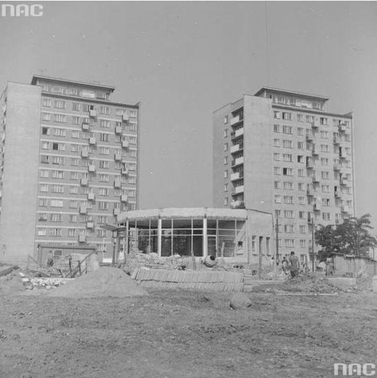 """Schodząc ulicą Sienkiewicza do alei 1 Maja w 1973 roku można było zobaczyć budowę baru """"Ruczaj"""". Dziś w tym samym miejscu są przybytki"""