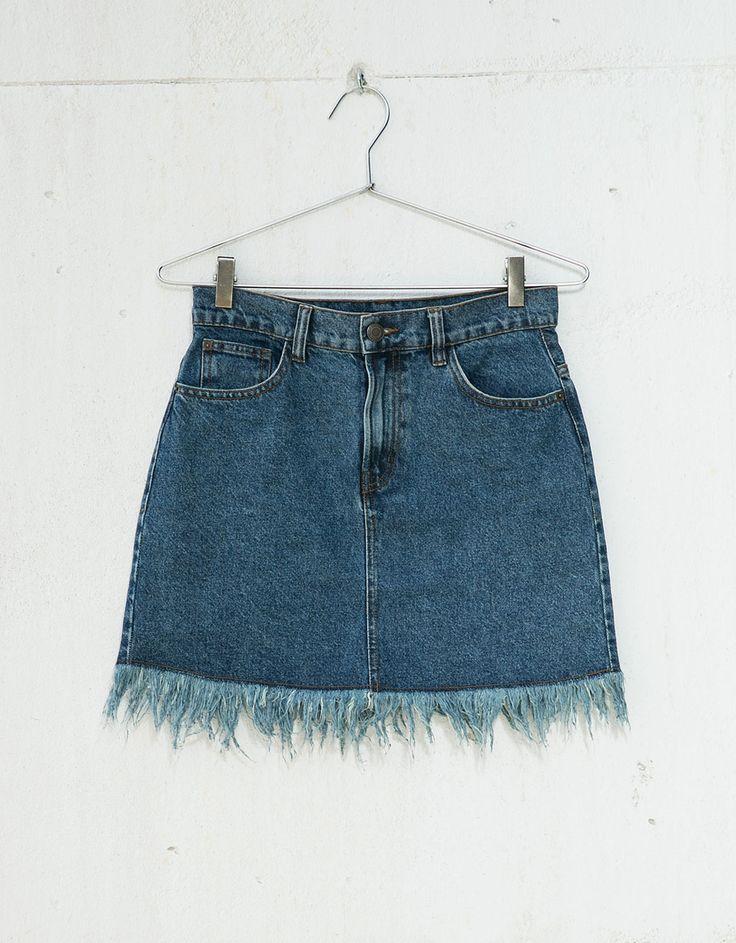 Denim rok met franjes. Ontdek dit en nog véel meer kledingstukken in Bershka met elke week nieuwe producten.