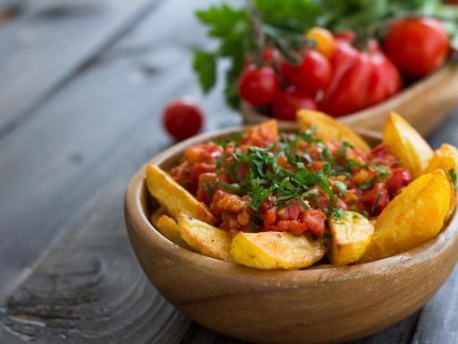 Patatas bravas (pommes de terre frites à la sauce tomate épicée) : Recette de Patatas bravas (pommes de terre frites à la sauce tomate épicée) - Marmiton