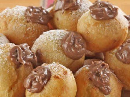 Receita de Bombinhas fritas de chocolate - bombinhas. Quando estiverem douradas, escorra-as em papel toalha. Recheio: Derreta o chocolate e misture o creme de leite. Leve a geladeira até...