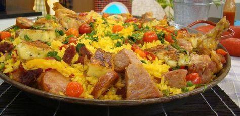 1 kg arroz parabolizado - 100 g cebola - 2 dentes de alho - 50 g bacon - 100 g de linguiça calabresa - 200 g de drumets de frango - 100 g de copa lombo - 100 g de carne seca desfiada - 100 g de coxa de frango - 50 g pimentão vermelho - 50 g pimentão amarelo - 50 g tomate cereja - 100 g de ervilha - ½ maço de cheiro-verde - 1 colher (sopa) de açafrão - 1 colher (chá) de páprica picante - Pimenta-biquinho a gosto - Sal a gosto - 50 g de caldo de galinha - 100...