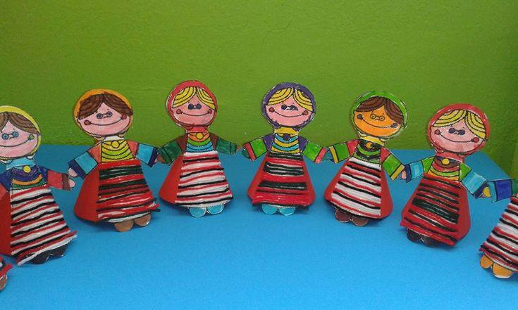 Μια αναδρομή στα ρούχα που φορούσαν τα χρόνια της επανάστασης.Κούκλα με παραδοσιακή στολή από τα χεράκια των παιδιών .Η ποδιά στολίστηκε από κομμάτια κόκκινου , μαύρου, άσπρου και πράσινου μαλιού. …
