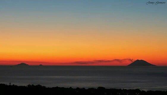 Tramonto visto da Ricadi (VV), Stromboli, Basiluzzo e Panarea sullo sfondo