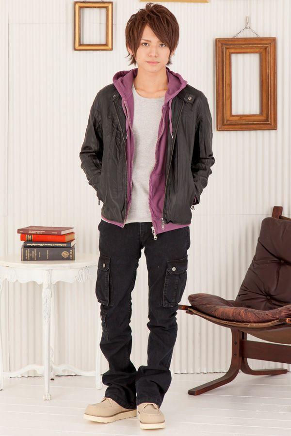 黒ライダースジャケット×紫パーカー×黒カーゴ