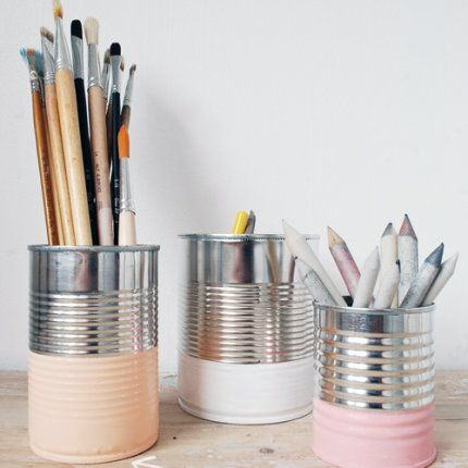 Office desk organization doesn't have to cost a fortune to look chic.  Choose coordinating colors and scrub the cans clean of any stickiness or paper! // Les boîtes de conserves transformées en  pots à crayons