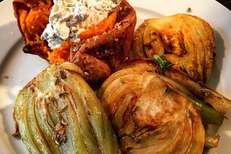 Hier haben wir ein superleckeres und veganes Rezept für karamellisierten Fenchel an gebackenen Süßkartoffeln... Yummy!