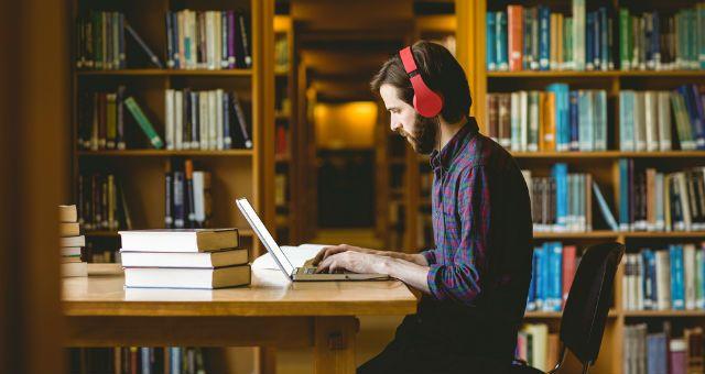 神経科学が教える「4つの学習の秘訣」  Attention(集中):学習する際は、1つのことに全神経を傾け、集中を維持する。 Generation(アウトプット):話を聞くだけでは不十分。学習した情報を使ってなんらかの活動をすることで記憶定着率が高まる。情報を有意義に活用するようなシチュエーションを作り出す。 Emotion(感情): 強い感情は強い記憶につながる。学習したことを感情に結びつける方法を考える。 Spacing(間隔):記憶量を増やすためには、学習と学習のあいだの間隔を作る必要がある。