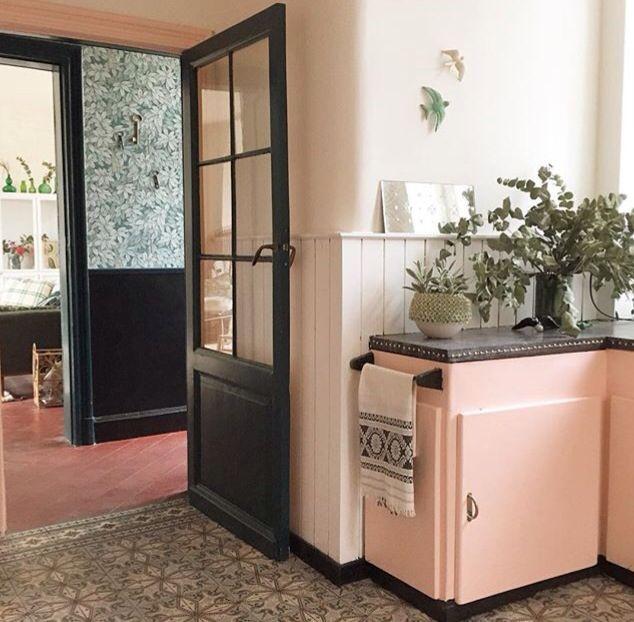 Chez Anne Millet, fondatrice de la marque Bonjour. Carreaux de ciment, tomettes, portes en bois vitrées noires