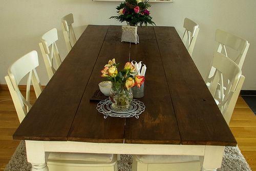 DIY Esstisch aus billigen Brettern (mit Leisten untendrunter zusammengeschraubt), fertiggekauften Beinen (Kanten für Schürzen eingesägt), Winkel von Ikea, schmalere Bretter für die Schürzen. Lasur aus Essig+Stahlwolle