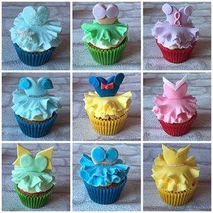 Estes cupcakes, cobertos com acessórios comestíveis das Princesas da Disney. | 27 bolos de princesas da Disney que vão te surpreender