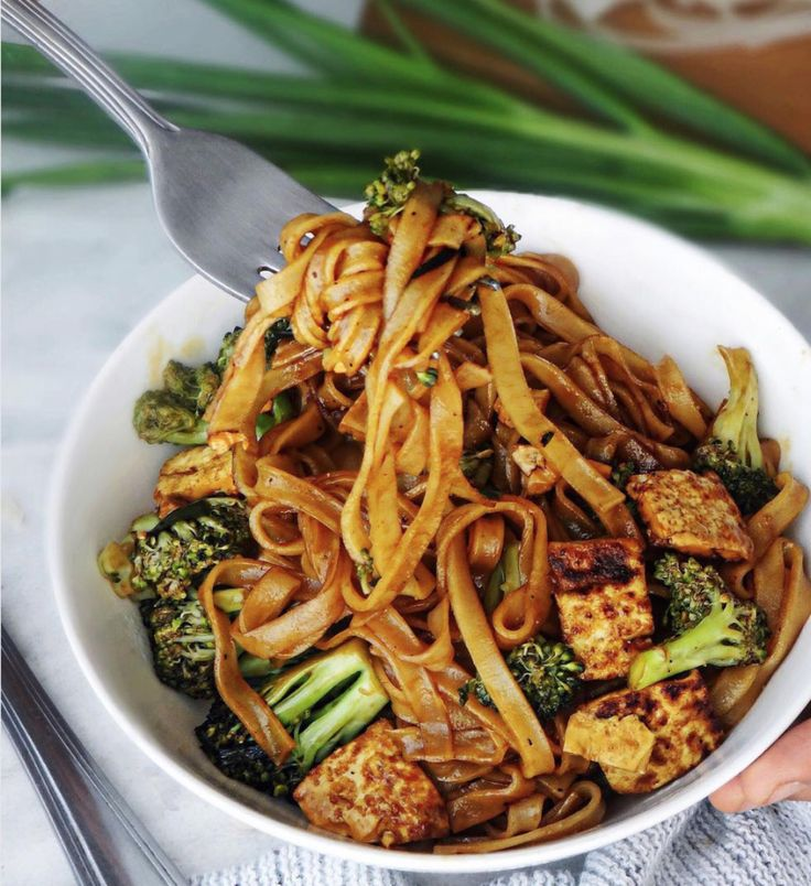 asian stir fry by @naturally.jo with rice noodles tofu and broccoli #doablerecipes  chinapfanne mit reisnudeln tofu und Brokkoli  азиатский стир-фрай с рисовой лапшой тофу и брокколи #doablerecipes