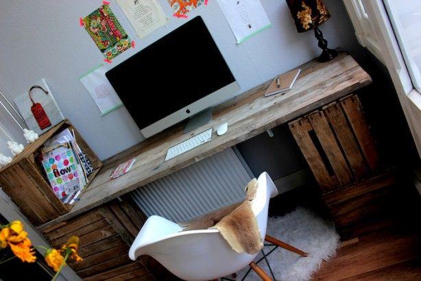 leuke bureau gemaakt van fruitkisten en steigerhout. zeer origineel