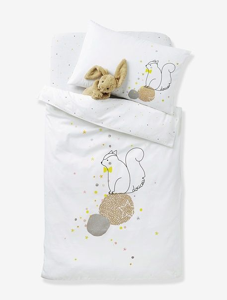 A very high-quality duvet cover with an exclusive print that invites the sweetest of dreams.     SIZE: 80 x 120 cm and 100 x 120 cm.  1 side with block motif of squirrel, stars and iridescent details on a white background. 1 side printed with little stars all over. Envelope-style opening.  WHAT YOU NEED TO KNOW:  Excellent colourfastness after repeated washing. Bed size 60 x 120 cm: choose duvet cover 80 x 120 cm. Bed size 70 x 140 cm: choose duvet cover 100 x 120 cm. Team with the matching…