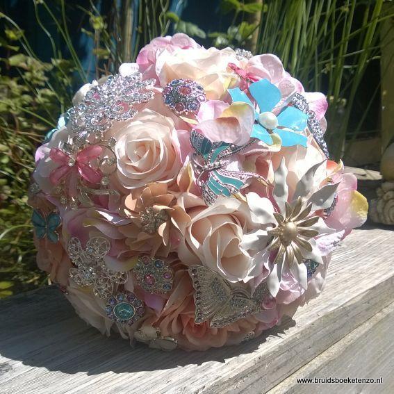 zijden bruidsboeket pastel kleuren met rozen en broches. Kijk op onze site bruidsboeketDenHaag.nl of BruidsboeketEnzo.nl