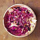 Koolsalade van rode kool met appel, krenten en zonnebloempitjes - recept - okoko recepten