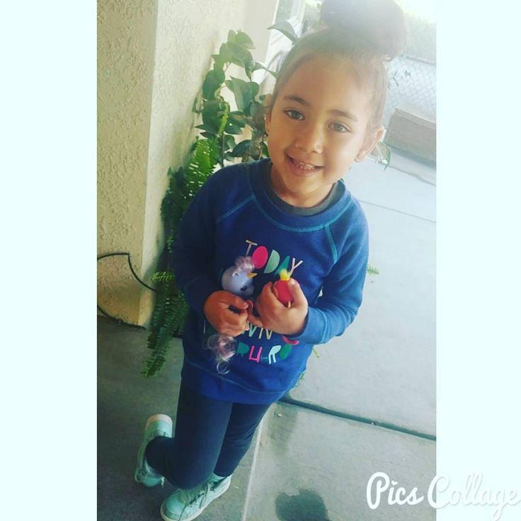 Back to school after a nice Christmas break brought her little friends Bella and Alika for share time  #babygirl #daughter #mycutie #smartgirl #backtoschool #prek #hadagoodbreak #new toys #fingerlings #bella #alika #monkey #unicorn #fun #cute #sharetime