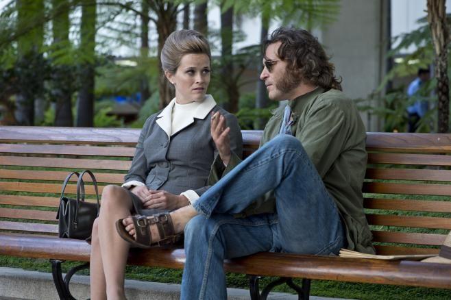 #ReeseWitherspoon e #JoaquinPhoenix in #VizioDiForma di #PaulThomasAnderson dal 26 febbraio al cinema.