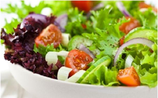 Detoks Planı: Öğle YemeğiDetoks başlatmak ister misiniz? Bu tarifi mutlaka denemelisiniz. Detoks diyetini kahvaltı, akşam yemekleri ve aperatifler için uygulayın ve müthiş karışımlarla sağlıklı kalın!    Malzemeler (2 kişilik)    Balık        2 çay kaşığı rafine edilmemiş bakire hindistan cevizi yağı      2 tane orta boy balık filetosu      4 büyük yaprakları koyu yeşil marul yaprakları      1/2 su bardağı rendelenmiş lahana